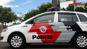 Fonte da Imagem: http://radioculturadeleme.com.br/site/index.php/noticias-list/leme/16492-policia-militar-de-leme-recebe-novas-viaturas-de-forca-tatica-e-ronda-escolar